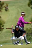 パッティングに不満を漏らすも、尾崎将司は好調を維持。後ろは尾崎直道 つるやオープンゴルフトーナメント(2013)(2日目)