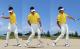 左手だけでSWを持ち、クラブヘッドを上からドンとぶつけて低く止める打ち方を試してみよう。急角度になりすぎず、適量の砂が取れる