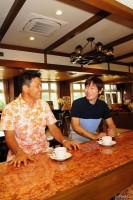 「ゴルフは人生のうえで大いに役立つ。子どもの頃から始めておいて損はない」と熱く語り合った丸山と内藤 写真・鈴木健夫