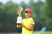 笑顔でトロフィーを掲げる比嘉真美子 NEC軽井沢72ゴルフトーナメント(2017)(最終日) 写真・村上航
