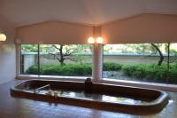 女性専用クラブハウスは全ての施設が広々設計されている。写真は老舗ゴルフ場では広い設計の女性用浴室