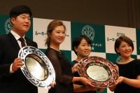 同じく新人賞を受賞した任成宰(左端)、森田遥(左から二人目)、永井花奈(右端)と