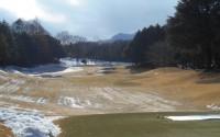 寒波のせいで予想以上に除雪に時間がかかり、降雪から1週間後に芝が姿を現した神奈川県内の某コース。しかしフェアウエーにはまだ凍った雪のかけらが見える