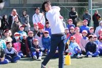 子どもたちとの対決の後は「また勝負しよう」とハイタッチを交わしていた石川遼