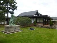 重厚な造りが印象的な平屋建てのクラブハウス