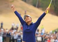 優勝を決めて両腕を突き上げる鈴木愛 Tポイントレディス ゴルフトーナメント(2018)(最終日) 写真・米山聡明
