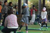 親子ゴルフ体験では、週刊パーゴルフ連載漫画『Dr.HANA』の主人公花ヶ崎光広プロ他が参加者を指導