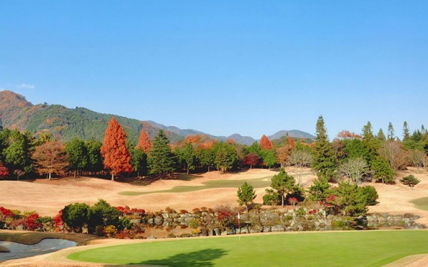 紅葉の季節には色とりどりの植栽がゴルファーを迎えてくれる