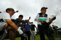 祝福のウォーターシャワーを浴びる谷口徹 日本プロゴルフ選手権大会(2018)(最終日) 写真・村上航