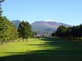 美しいクラブハウスと浅間山が印象的な18番パー4