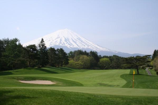 多くのホールで雄大な富士をバックにゆったりプレーできる。写真は13番パー5