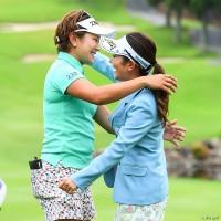 優勝の喜びを分かち合った成田美寿々(左)と宮里藍 宮里藍 サントリーレディスオープンゴルフトーナメント(2018)(最終日) 写真・米山聡明