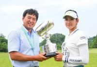 原のキャディやマネジメントを務める尾崎智春と日医工女子オープンのカップを手にニッコリ