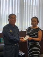 佐伯三貴が東広島市役所を訪れサマンサタバサレディスの賞金を寄付した(写真提供・フェリーチェ)