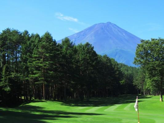 雄大な富士山と大きな赤松が印象的な美しい南コース9番ホール