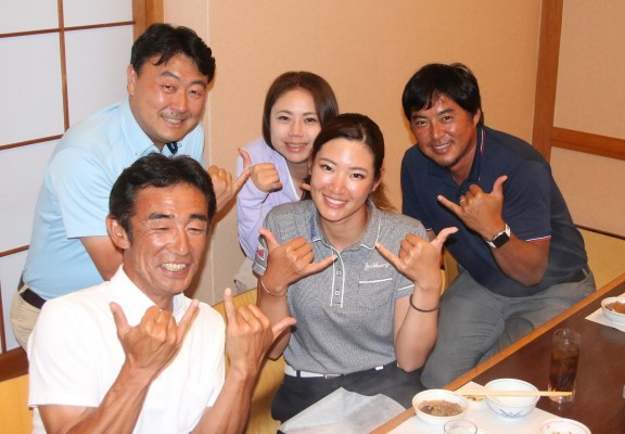 主役の原を囲むコーチの尾崎智春(右端)ほか関係者の面々